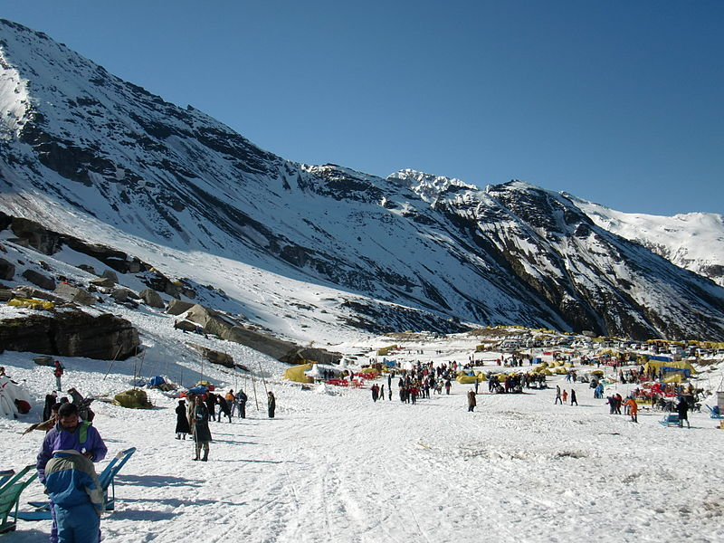 Rohtang_pass_snowy_valley - manali-holiday
