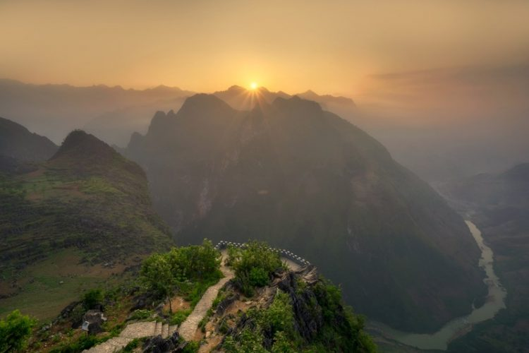 sunrise-beyond-the-mountains-in-vietnam_800